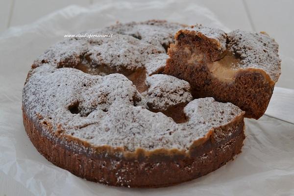 Sfornate la torta al cacao con crema al caffè, fate raffreddare e servite.
