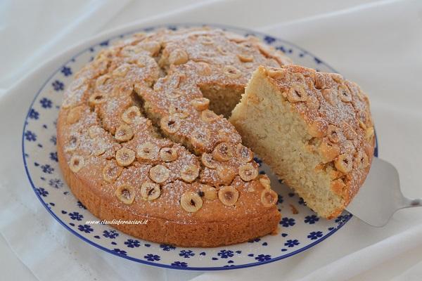 fetta di torta soffice alle nocciole servita