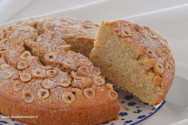 Sfornate la torta soffice alle nocciole, fate raffreddare e servite.